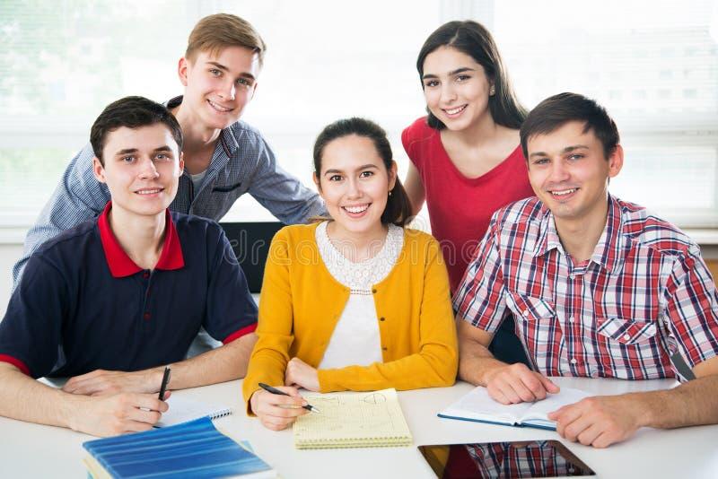 Gruppe junge Kursteilnehmer stockbild