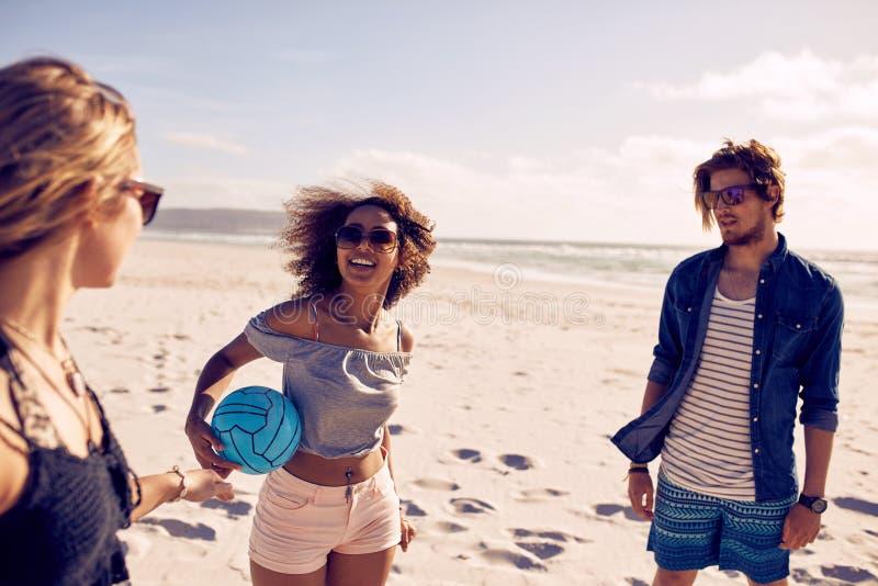 Gruppe junge Leute auf dem Strand stockfotografie