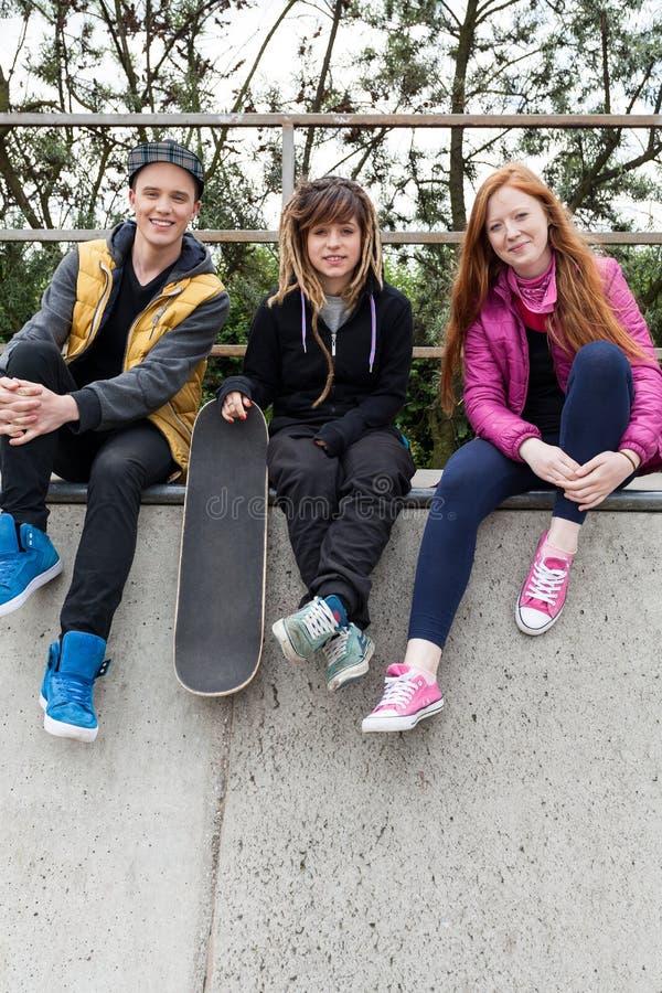 Gruppe junge Leute auf der Rampe stockfoto