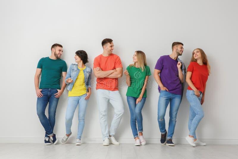 Gruppe junge Leute in den Jeans und in den bunten T-Shirts lizenzfreies stockfoto