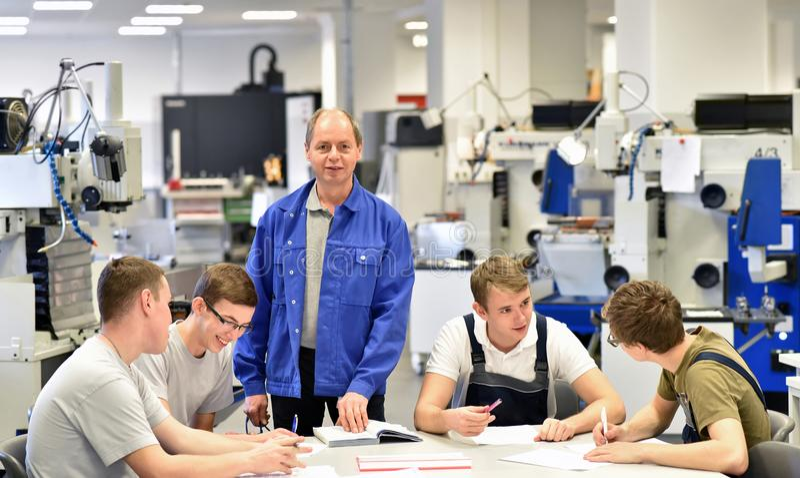 Gruppe junge Leute in der technischen Berufsausbildung mit teac lizenzfreies stockbild