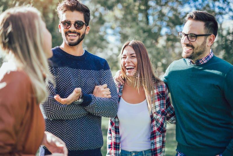 Gruppe junge Leute, die durch Park gehen stockfotografie