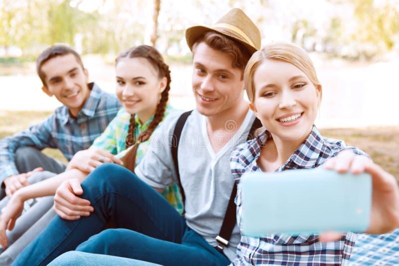 Gruppe junge Leute, die selfie tun stockfotografie