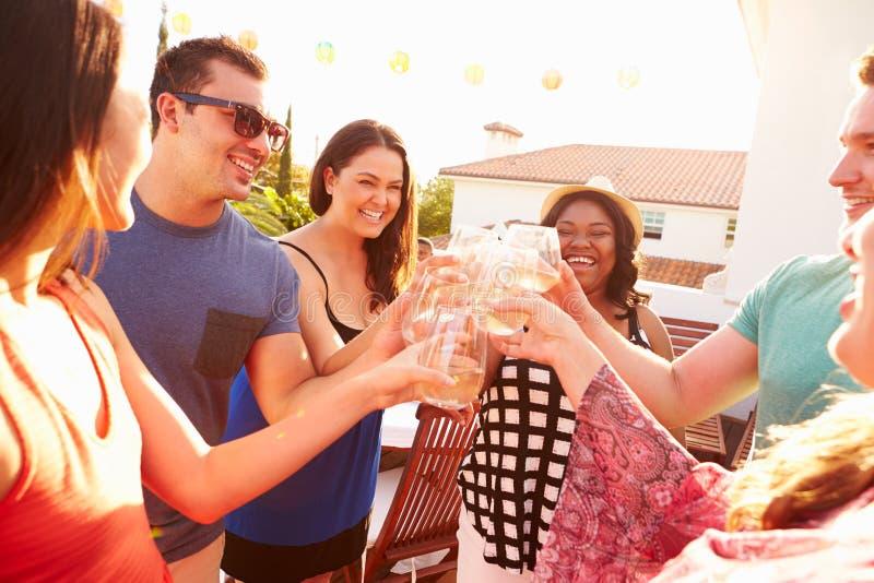 Gruppe junge Leute, die Sommer-Mahlzeit im Freien genießen lizenzfreie stockfotos