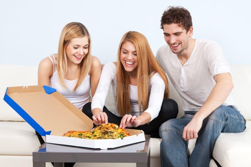 gruppe junge leute die zu hause pizza essen stockbild bild von gl cklich k se 36440987. Black Bedroom Furniture Sets. Home Design Ideas