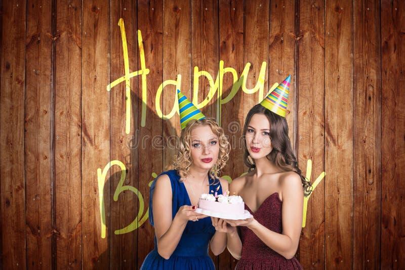 Gruppe junge Leute feiern alles Gute zum Geburtstag stockfoto