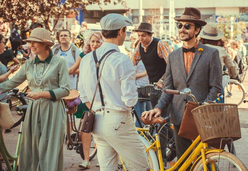 Gruppe junge Männer in der Weinlesekleidung, die Sport und über Mode spricht stockfotos