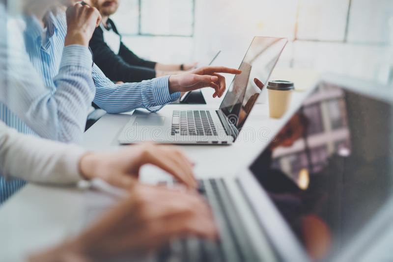 Gruppe junge Mitarbeiter arbeiten modernes Bürostudio zusammen horizontal Unscharfer Hintergrund lizenzfreies stockfoto