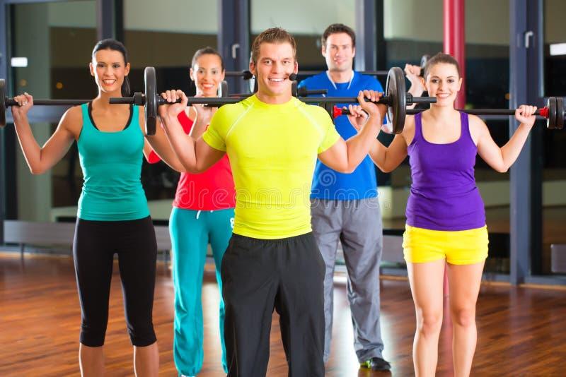 Gewichtstraining in der Turnhalle mit Dumbbells lizenzfreie stockfotos