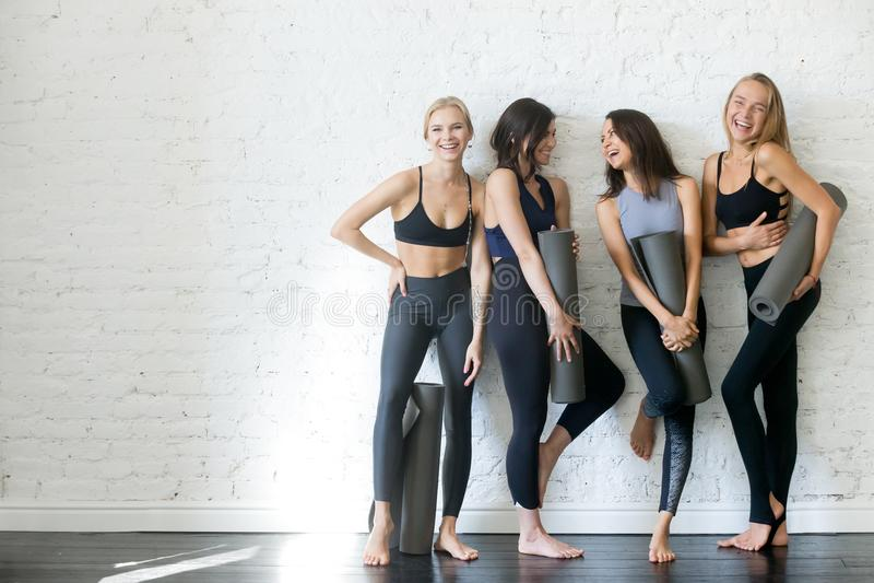 Gruppe junge sportliche Mädchen mit Yogamatten, copyspace stockfotos