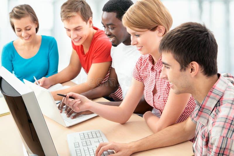 Gruppe junge Studenten lizenzfreie stockbilder