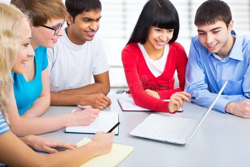 Gruppe junge Studenten stockfoto