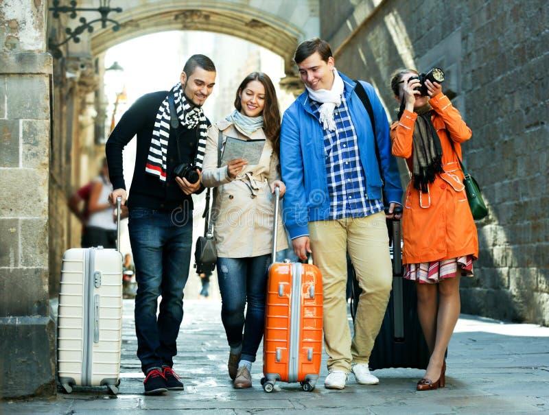 Gruppe junge Touristen mit Kameras stockfotografie