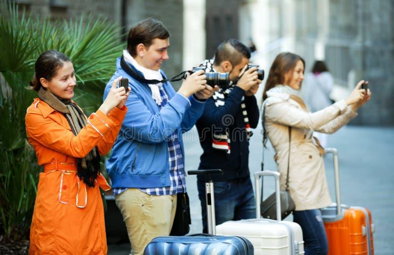 Gruppe junge Touristen mit Kameras stockbilder