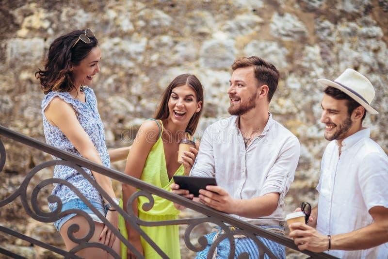 Gruppe junge touristische Freunde mit digitaler Tablette lizenzfreie stockfotografie