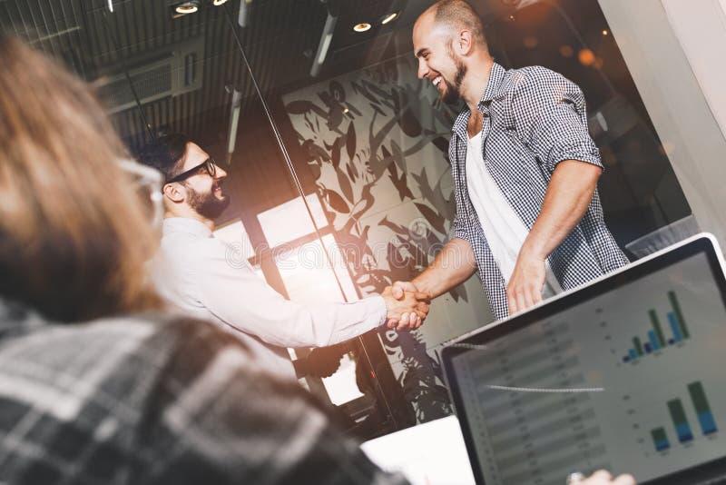 Gruppe junge und moderne Geschäftsmänner haben Abkommen gemacht und ha machen stockfotos