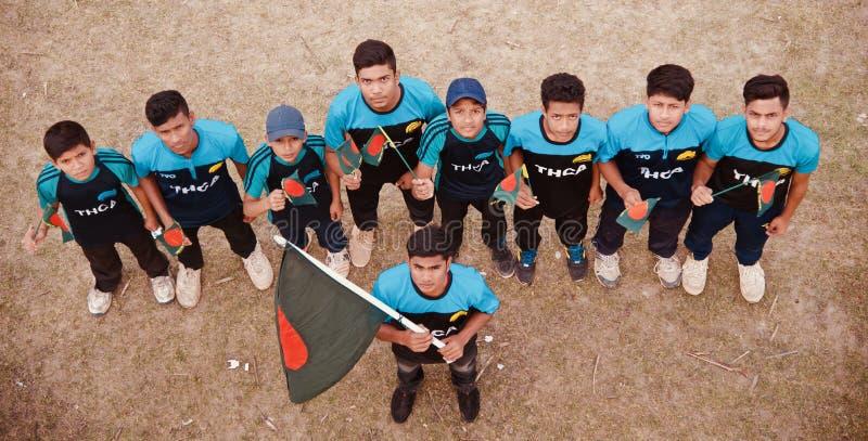 Gruppe Jungen, die zusammen mit einer Flagge stehen stockbild