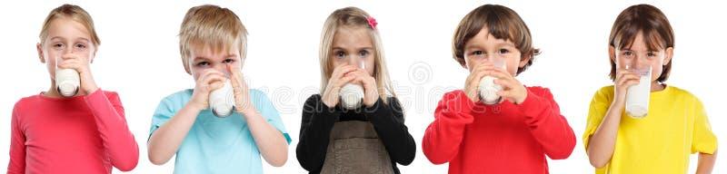 Gruppe Jungenkindertrinkmilch-Kindergesunde ernährung des Kinderkleinen Mädchens lokalisiert auf Weiß stockfotos