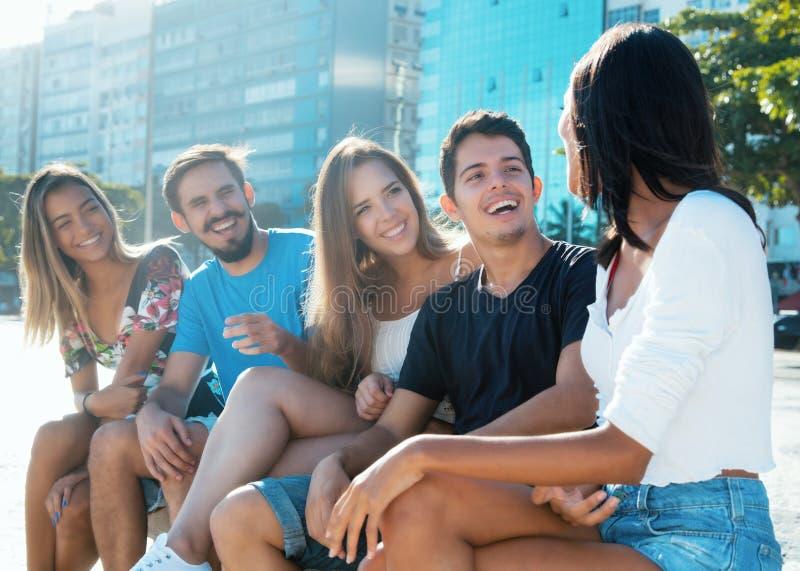 Gruppe kaukasische und hispanische junge Erwachsene hat Spaß stockfotos