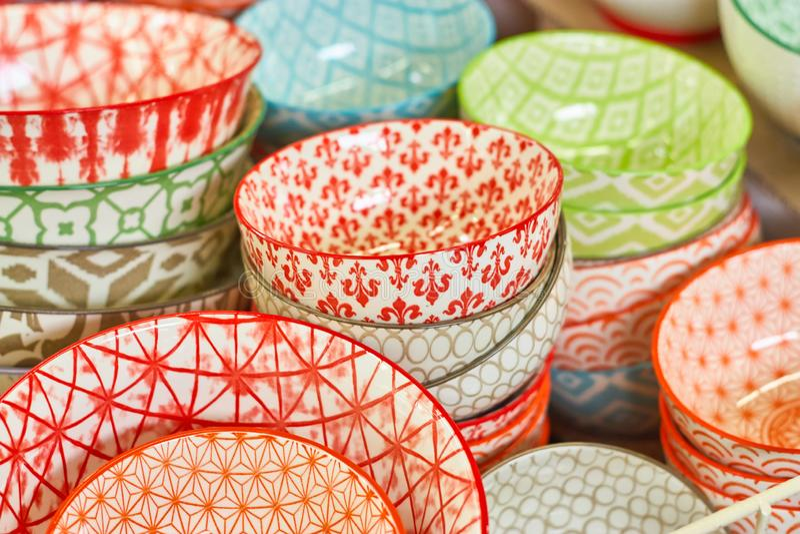 Gruppe keramische Schüsseln im Speicher Platten mit verschiedenen bunten Mustern lizenzfreie stockfotografie