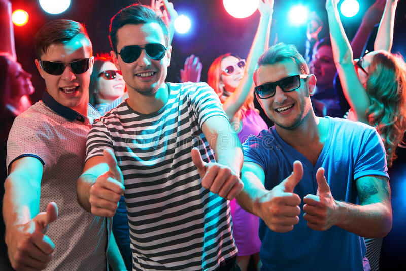 Gruppe Kerle, die in den Nachtclub tanzen stockfotografie