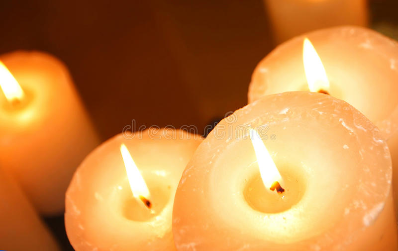 Gruppe Kerzen, die in der Dunkelheit brennen lizenzfreie stockfotografie