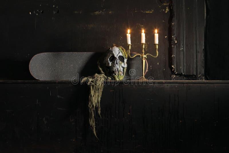 Gruppe Kerzen, die in der Dunkelheit und im Kopienraum auf woode brennen lizenzfreies stockbild