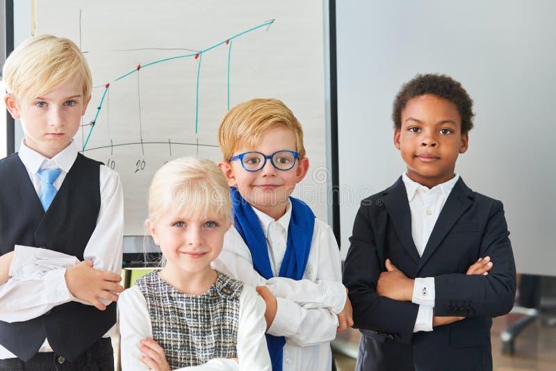 Gruppe Kinder als überzeugtes Geschäftsteam lizenzfreie stockfotos
