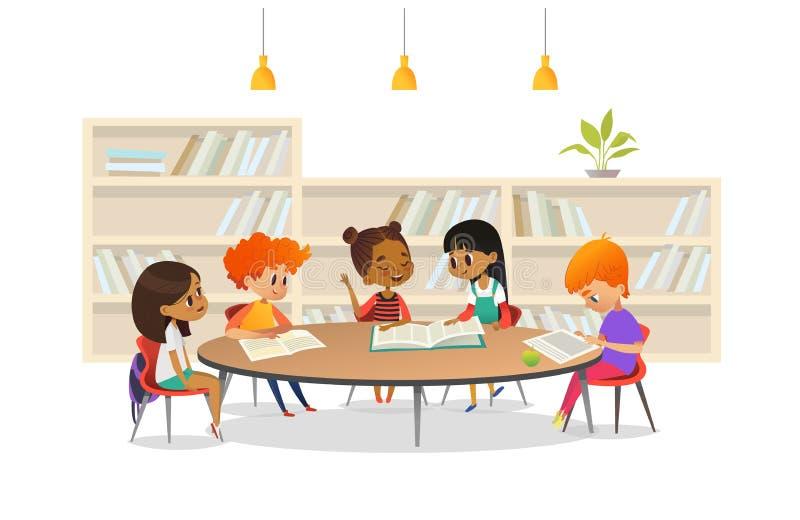 Gruppe Kinder, die in der Schule um Bibliothek der Tabelle sitzen und heraus auf das Mädchenlesebuch laut gegen Bücherschrank hör lizenzfreie abbildung