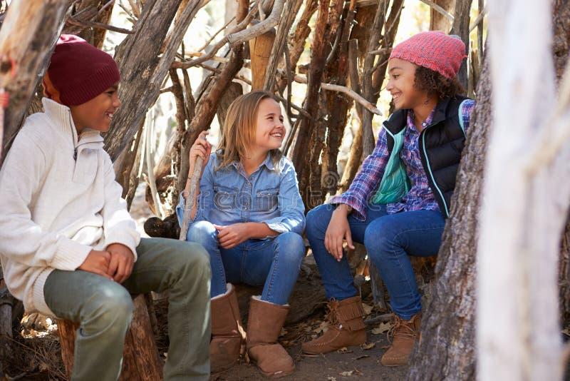Gruppe Kinder, die in Forest Camp Together spielen stockbilder