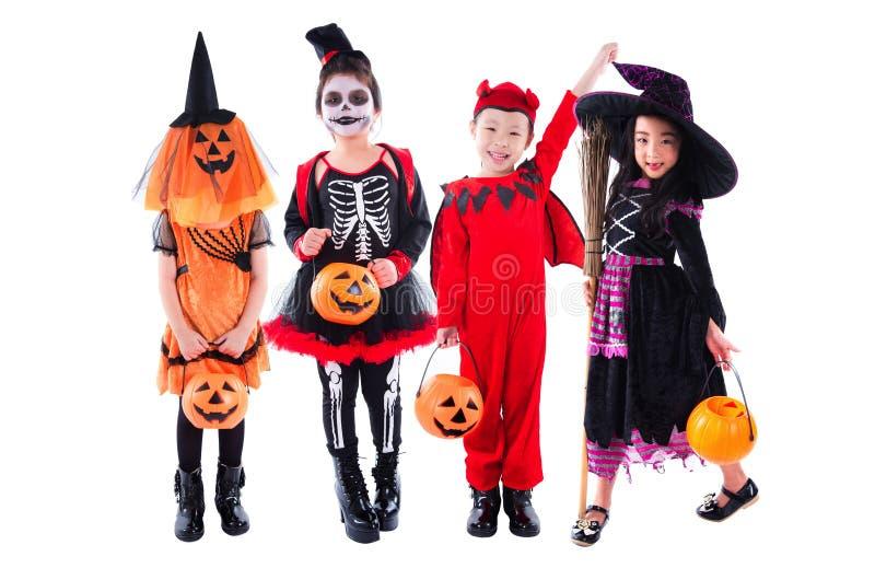 Gruppe Kinder, die Halloween-Kostüm über Weiß tragen lizenzfreie stockfotos