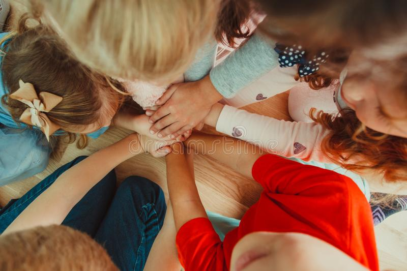 Gruppe Kinder, die ihre Hände zusammenfügen stockbild