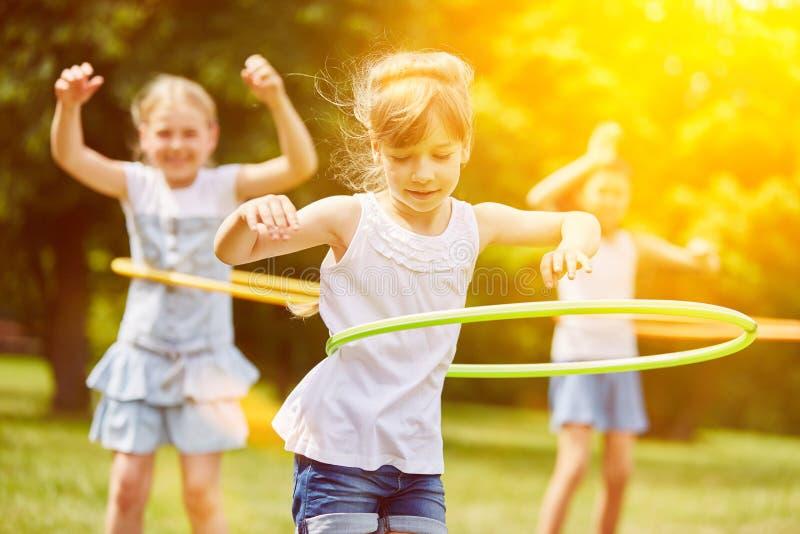Gruppe Kinder, die im Sommer spielen stockbild