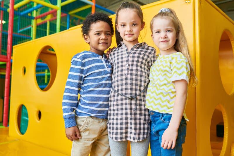Gruppe Kinder, die im Tummelplatz aufwerfen stockfoto