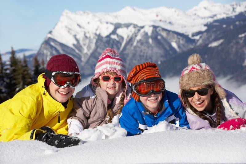 Gruppe Kinder, die Spaß in den Bergen haben stockbild