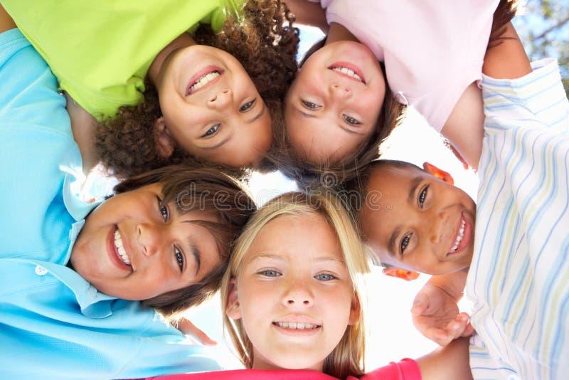 Gruppe Kinder, die unten Kamera untersuchen lizenzfreies stockfoto