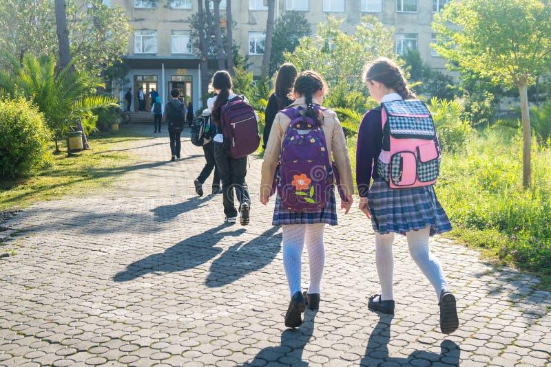 Gruppe Kinder, die zur Schule, Bildung gehen lizenzfreie stockfotografie