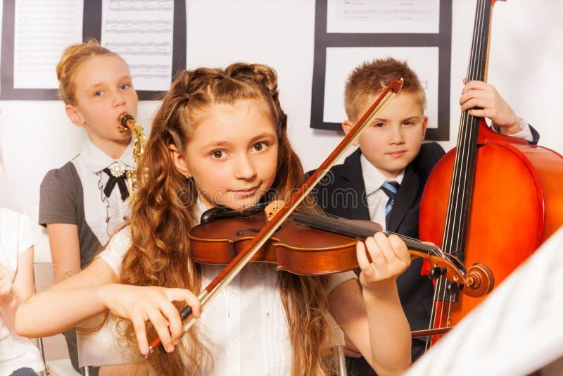 Gruppe Kinder, die zusammen Musikinstrumente spielen lizenzfreie stockfotos