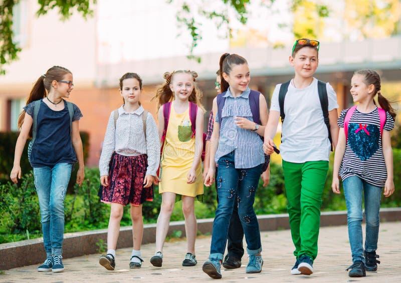 Gruppe Kinder, die zusammen zur Schule gehen lizenzfreie stockbilder