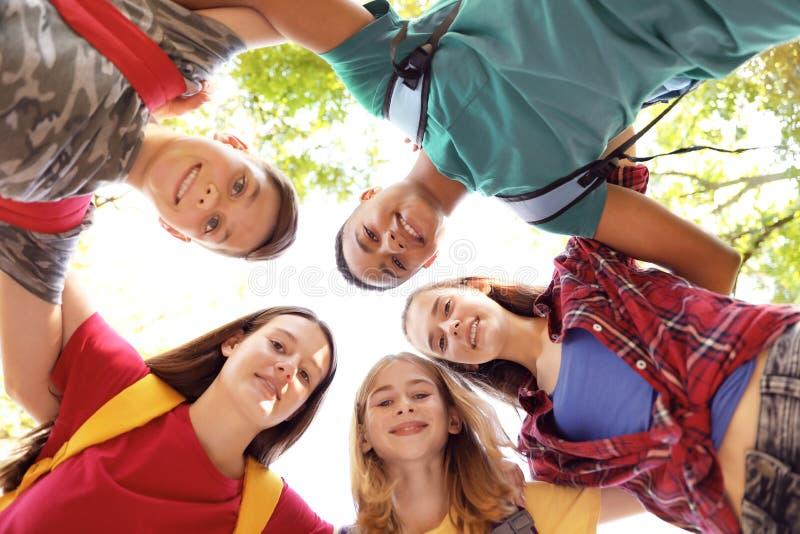 Gruppe Kinder draußen verbunden im Kreis lizenzfreie stockfotos