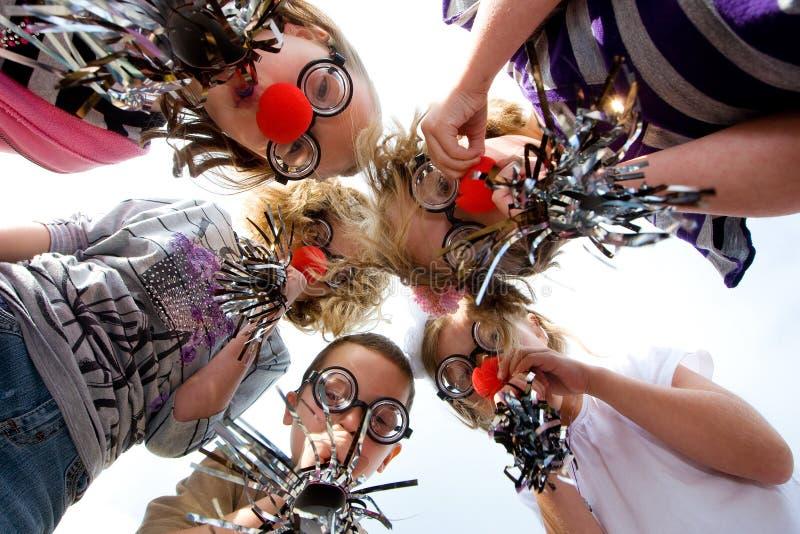Gruppe Kinder im Clownkostüm stockfotos