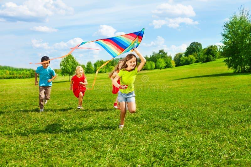 Gruppe Kinder mit Drachen lizenzfreies stockbild