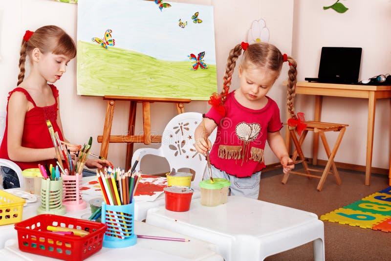 Gruppe Kinder mit Farbenbleistift. stockfotos