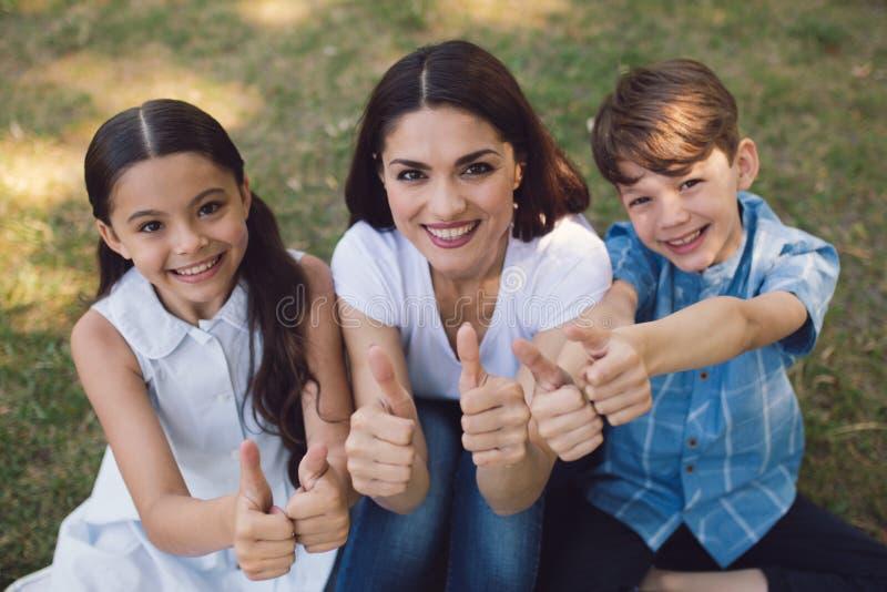 Gruppe Kinder mit Lehrer im Park lizenzfreie stockbilder