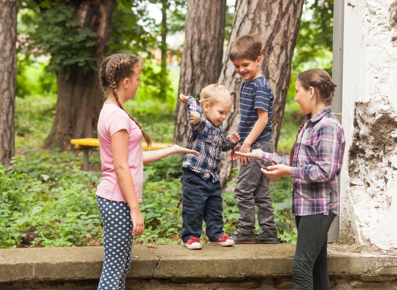 Gruppe Kinder mit unbelegtem Zeichen oder Fahne lizenzfreie stockbilder