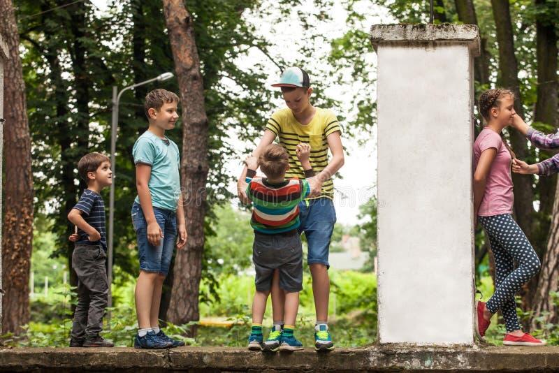 Gruppe Kinder mit unbelegtem Zeichen oder Fahne stockbilder