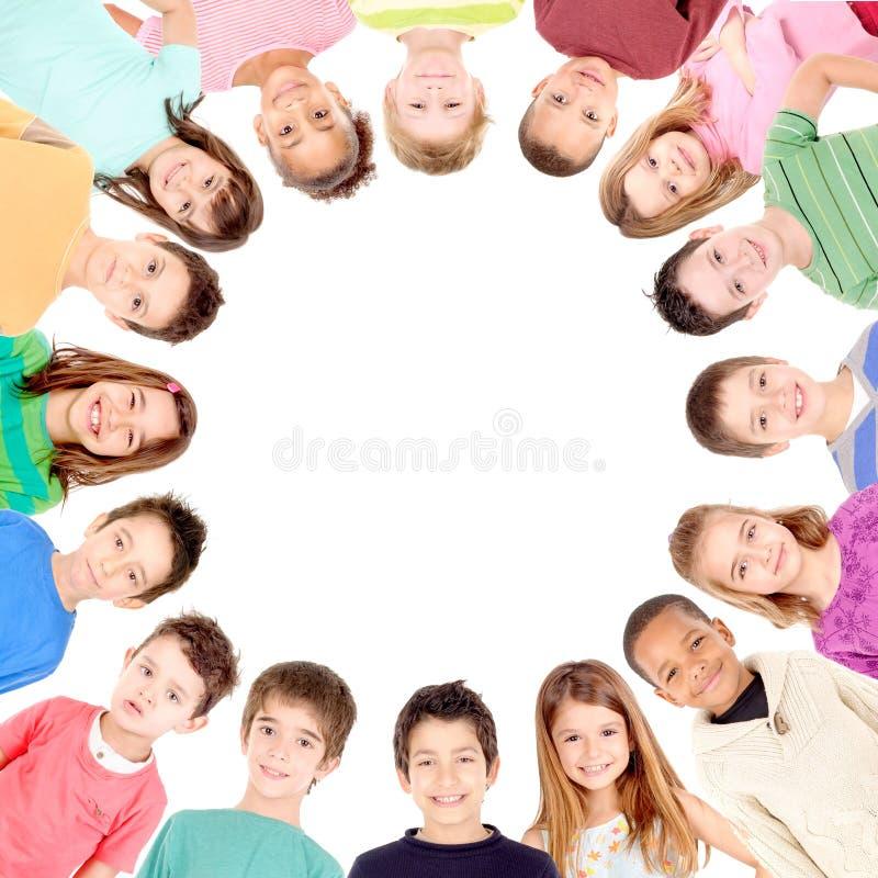 Gruppe Kinder mit unbelegtem Zeichen oder Fahne lizenzfreie stockfotos