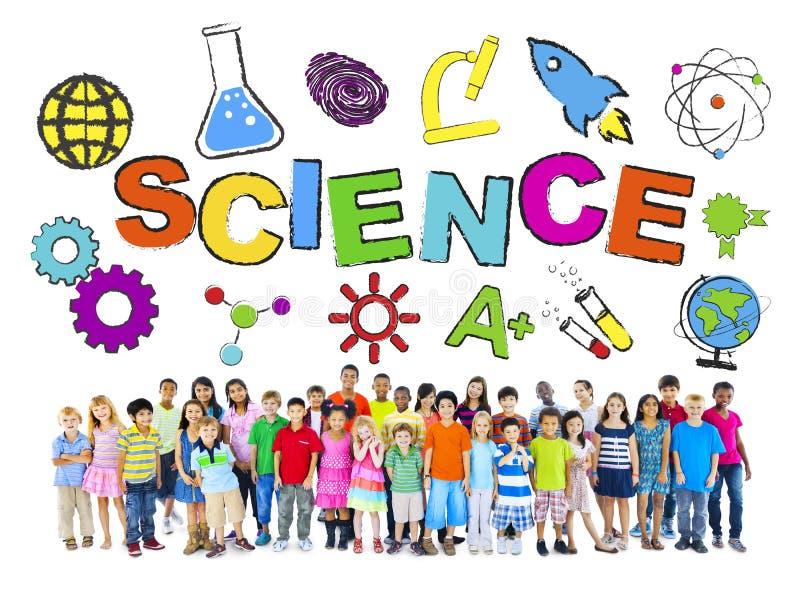 Gruppe Kinder mit Wissenschafts-Konzept lizenzfreie stockfotografie