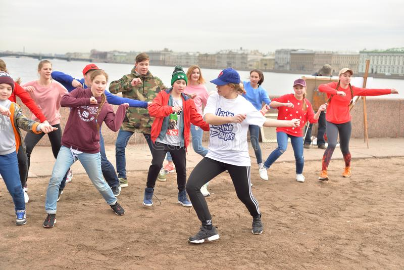Gruppe Kinder tanzen stockbild