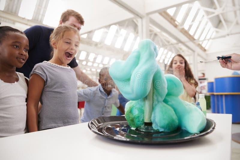 Gruppe Kinder und die Lehrer, die eine Wissenschaft durchführen, experimentieren stockbild